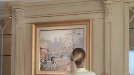 C'è un quadro appeso alla parete ma con un solo gesto della ragazza appare una tv
