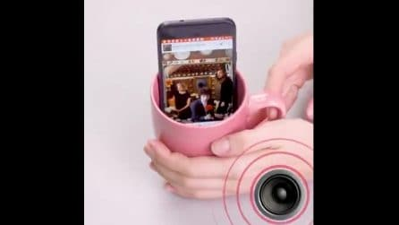 Mette il cellulare nella tazza: non immaginerete il motivo