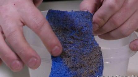 Come rimuovere i residui di cibo dalla spugna