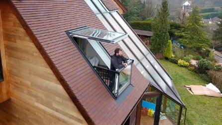 L'incredibile finestra che si trasforma in un balcone in pochi secondi