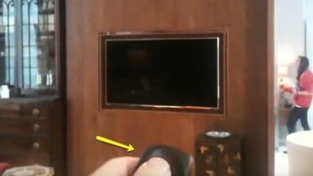 Un telecomando speciale per la tv: preme il pulsante e succede qualcosa di insapettato