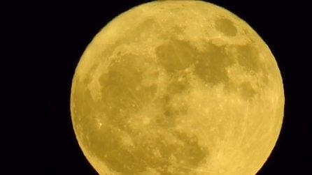 La Superluna illumina i cieli italiani: le straordinarie immagini del nostro satellite