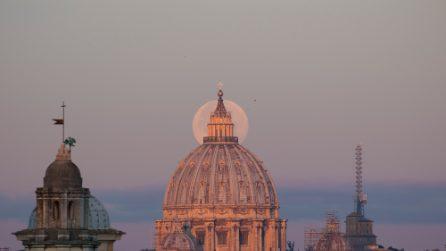 La Superluna 2017 nel cielo di Roma, questa mattina all'alba, è uno spettacolo