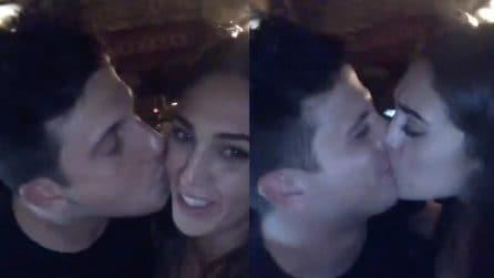 Cecilia Rodriguez bacia il suo amico Francesco durante una festa