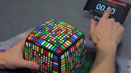 Cubo di Rubik: un genio ne risolve uno gigante in meno di un'ora