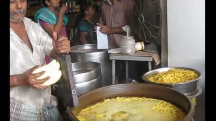 Affetta le banane e le butta nell'olio bollente: il famoso cibo di strada in India