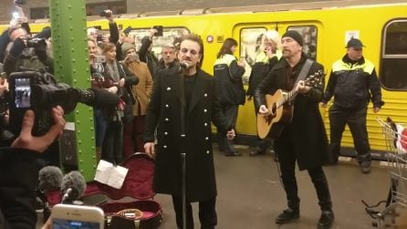 Berlino, sulla linea U2 della metro spuntano Bono Vox e The Edge: concerto a sorpresa