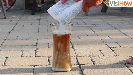 Riempie un bicchiere di Coca Cola e aggiunge del cloro: il bicchiere inizia a tremare immeditamente