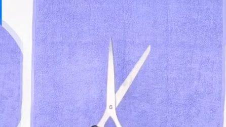 Taglia un vecchio asciugamano e lo trasforma in un oggetto utile per la casa
