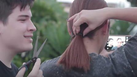 Si avvicina alle spalle della fidanzata con una forbice: guardate cosa fa ai suoi capelli