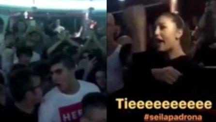 Fischi e insulti in discoteca: Cecilia risponde e fa il gesto dell'ombrello