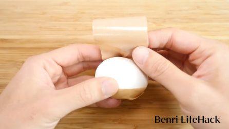 Mette lo scotch intorno all'uovo: il trucchetto da provare