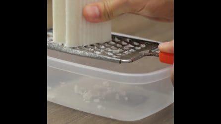 Grattugia il sapone e prepara un prodotto naturale per pulire