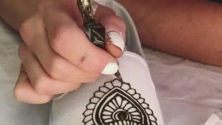 L'artista che decora le scarpe con l'hennè