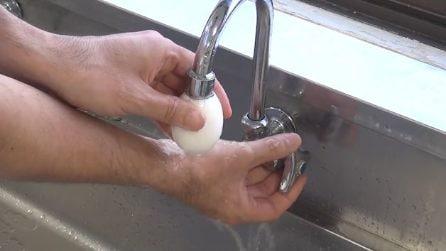 Mette l'uovo sodo sotto al rubinetto: un modo perfetto per sgusciarlo