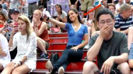 """Una ragazza """"nuda"""" in centro: le reazioni dei passanti al bodypainting perfetto"""