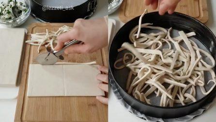 Taglia a strisce la pasta sfoglia e prepara una deliziosa pizza rustica