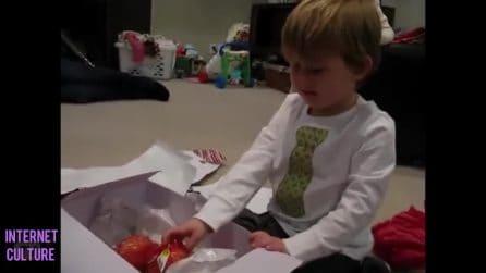 La madre gli regala delle cipolle per Natale: la reazione del bimbo è esilarante