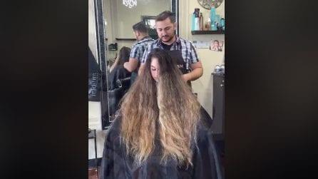 Non taglia i capelli da anni: il parrucchiere realizza una meravigliosa trasformazione