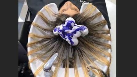 Divide i capelli e li colora: il risultato è fantastico