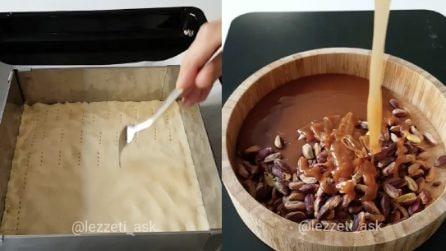 Bucherella l'impasto con una forchetta: fantastico dolce con caramello e pistacchi