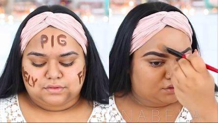 Segna sul volto gli insulti che ha dovuto subire, poi inizia a truccarsi: il bellissimo make up