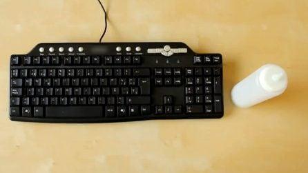 Come pulire la tastiera del pc con la bottiglia del ketchup
