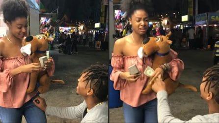 Le chiede di sposarlo al Luna Park, lei si commuove. La proposta di matrimonio fa il giro del mondo