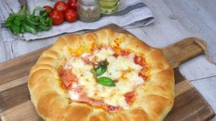 Pizza con cornicione ripieno: l'idea sfiziosa per una cena da leccarsi i baffi!