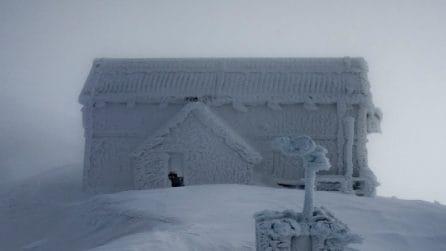 Gran Sasso, la magia del rifugio completamente ricoperto di neve e ghiaccio