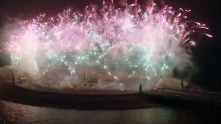 Spettacolo per la fine dell'anno: fuchi d'artificio e luci illuminano il lungo ponte