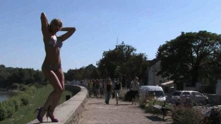 La modella assume pose sexy ma è nuda: le reazioni dei passanti quando se ne accorgono