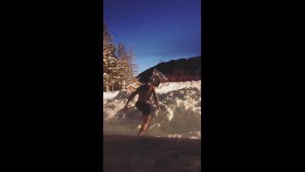 Bagno e poi tuffo nella neve: Stefano De Martino sfida il freddo
