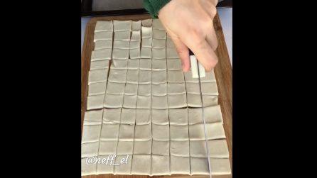 Taglia la pasta in tanti quadratini: una ricetta semplice e veloce