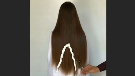 """Taglia i lunghissimi capelli in maniera """"strana"""": il risultato è incredibile"""