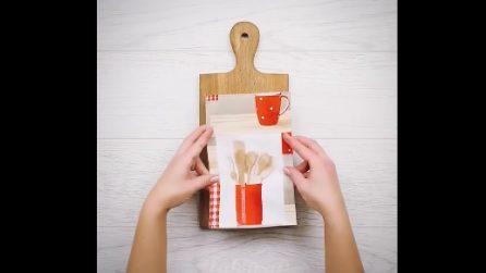 Mette un foglio di carta regalo su un tagliere: l'idea che porterà ordine nella vostra cucina