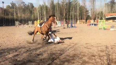 Lui cade da cavallo, la fidanzata piange disperata: ma quello sarà il giorno più bello