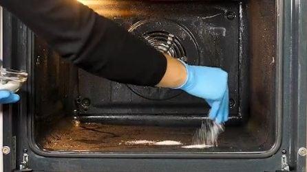 Mette il sale nel forno: un metodo efficace per pulirlo