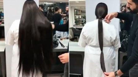 Dopo anni va dal parrucchiere e taglia i suoi lunghissimi capelli: la fantastica trasformazione