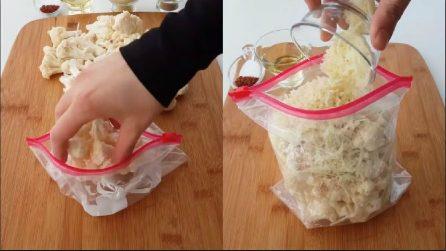 Mette il cavolfiore nella busta e poi aggiunge altri ingredienti: una ricetta squisita