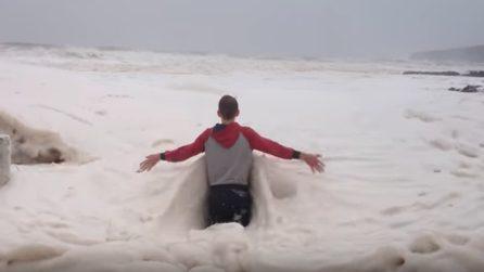 Una strana schiuma invade la spiaggia: un ragazzo sprofonda nel manto bianco