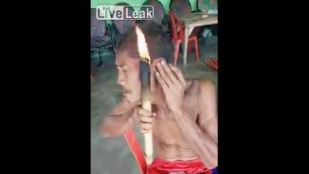 Un uomo avvicina il fuoco alla sua testa: la tecnica estrema per tagliarsi i capelli
