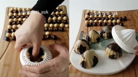 Mette la pasta frolla nello spremiagrumi e prepara dei golosi dolcetti