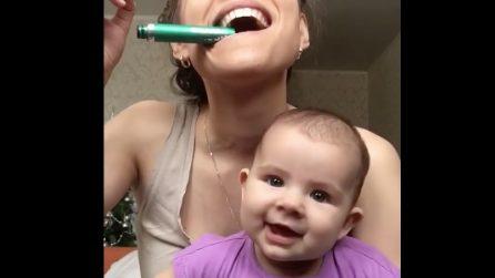 La mamma si trucca: la reazione del bebè è dolcissima