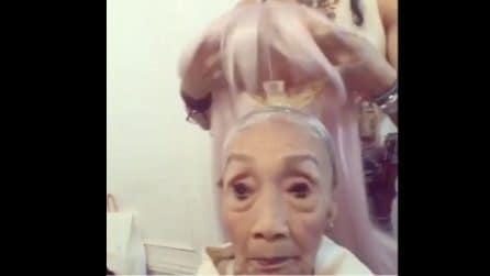 Le mettono una parrucca, poi le extension colorate: la trasformazione dell'anziana è stupefacente