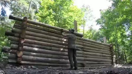 Inizia sovrapponendo tronchi di legno: dopo 8 mesi quello che realizza è straordinario