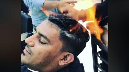 Il barbiere dà fuoco ai suoi capelli e realizza un taglio particolare