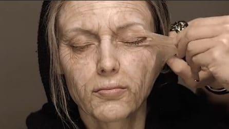 """Tira via una """"pellicola"""" dal viso: l'illusione è pazzesca"""