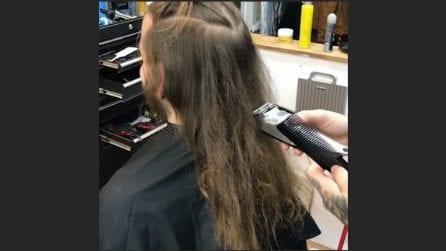 Inizia a tagliare i lunghi capelli e cambia completamente il look