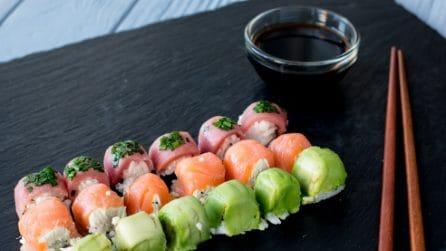 Ecco come fare il sushi con un contenitore del ghiaccio: è geniale!